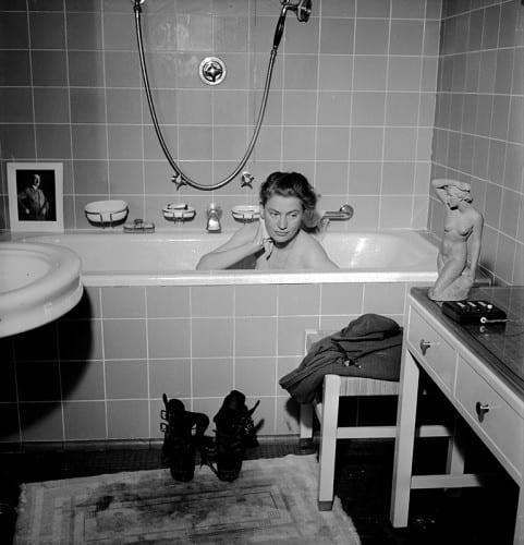 Lee Miller with David E. Scherman, Lee Miller in Hitler´s Bathtub, Munich, Germany, 1945, black-and-white photograph (photograph © Lee Miller Archives England 2016, all rights reserved, www.leemiller.co.uk)