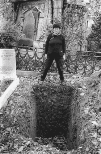 Jo Spence and Terry Dennett, The Final Project (grave), 1991-92